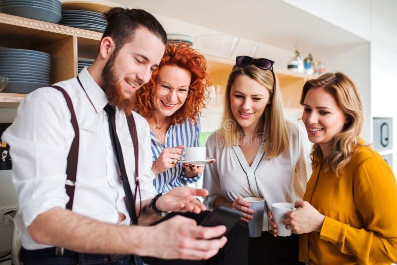 Grupa młodzi ludzie biznesu na kawowej przerwie w biurowej kuchni, bierze selfie fotografia stock