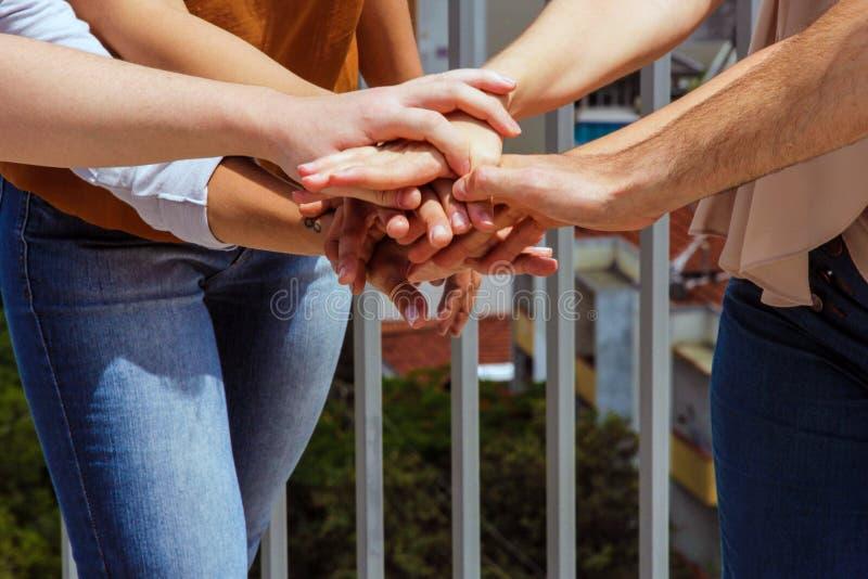 Grupa młodzi ludzie broguje ich ręki zdjęcie stock