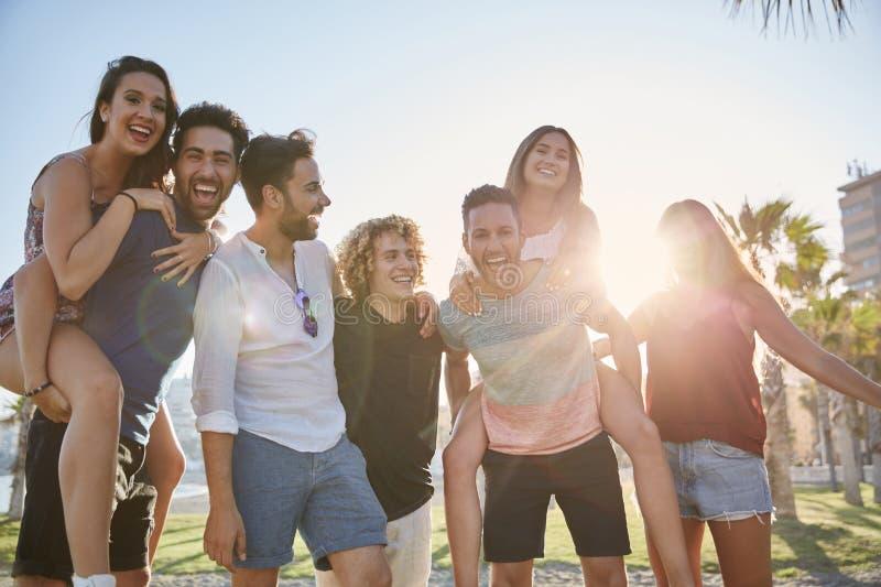 Grupa młodzi ludzie ma zabawę wpólnie outdoors obrazy stock