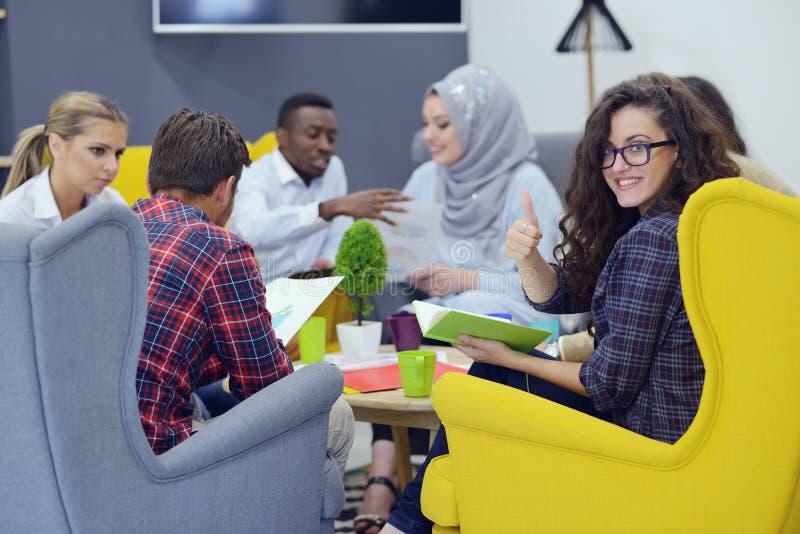 Grupa młodzi ludzie, Początkowi przedsiębiorcy pracuje na ich przedsięwzięciu w coworking przestrzeni obraz stock