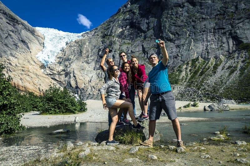 Grupa młodzi ludzie stoi na kamieniu bierze obrazek fotografia royalty free