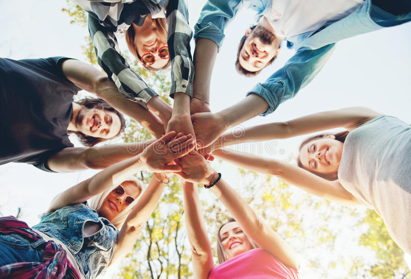 Grupa młodzi ludzie stoi w okręgu, outdoors obraz stock