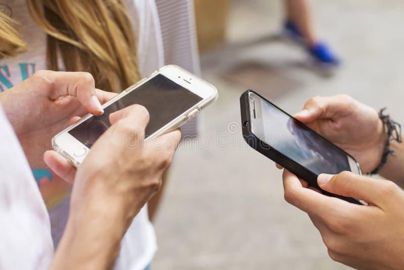 Grupa młodzi ludzie z telefonami komórkowymi zdjęcie royalty free