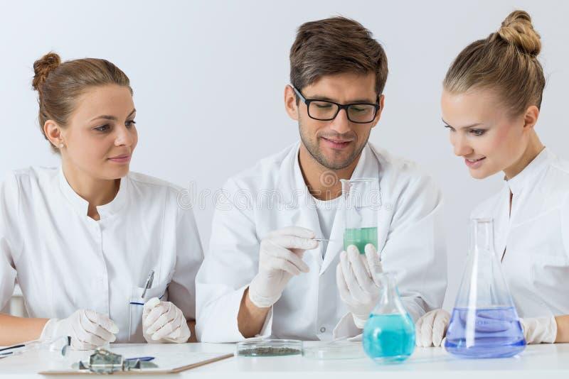 Grupa młodzi naukowowie obrazy stock
