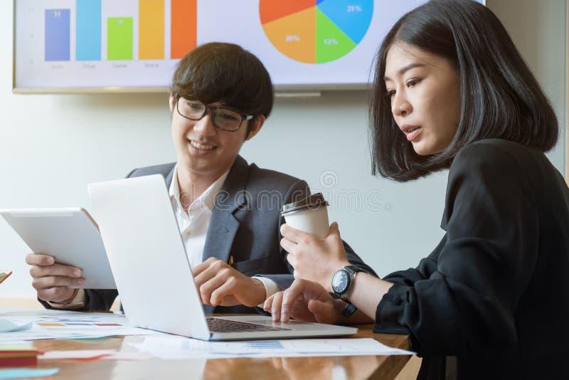 Grupa młodzi pomyślni biznesmeni Dyskusja import obrazy stock