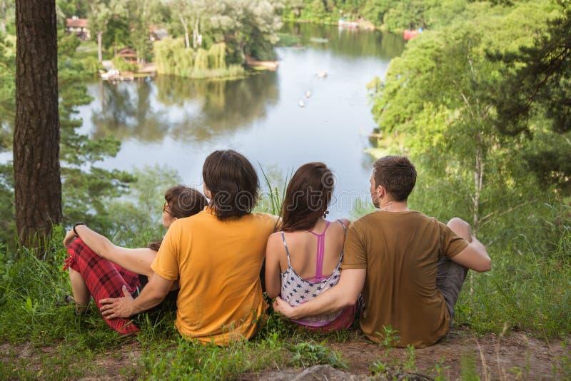 Grupa młodzi przyjaciele zdjęcia royalty free