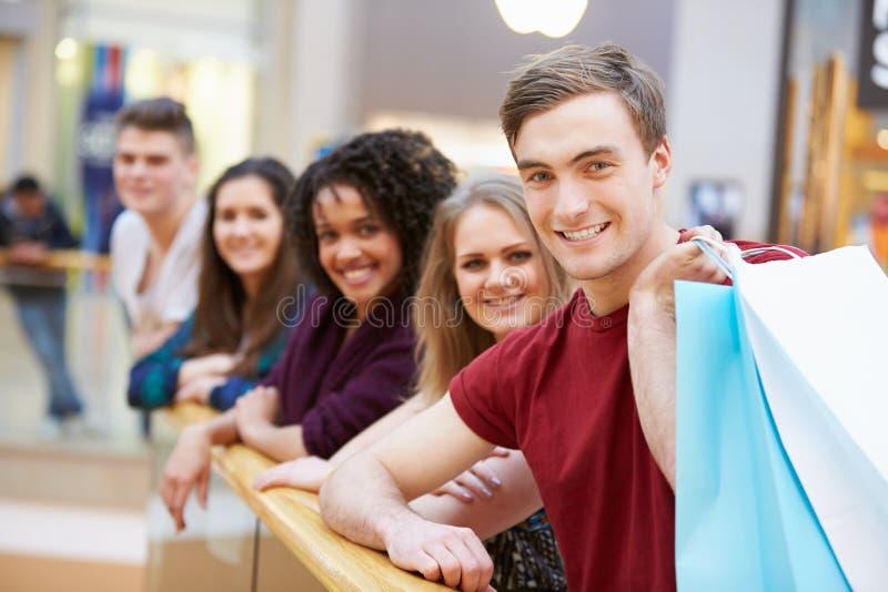 Grupa Młodzi przyjaciele Robi zakupy W centrum handlowym Wpólnie zdjęcia stock