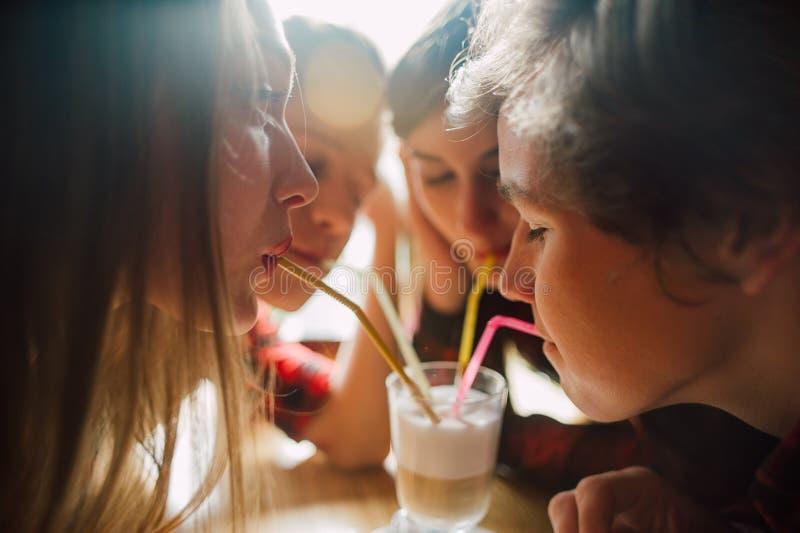 Grupa młodzi przyjaciele wiszący przy sklep z kawą out Młodzi człowiecy i kobiety spotyka w cukiernianym mieć zabawę i pijący kaw obraz stock