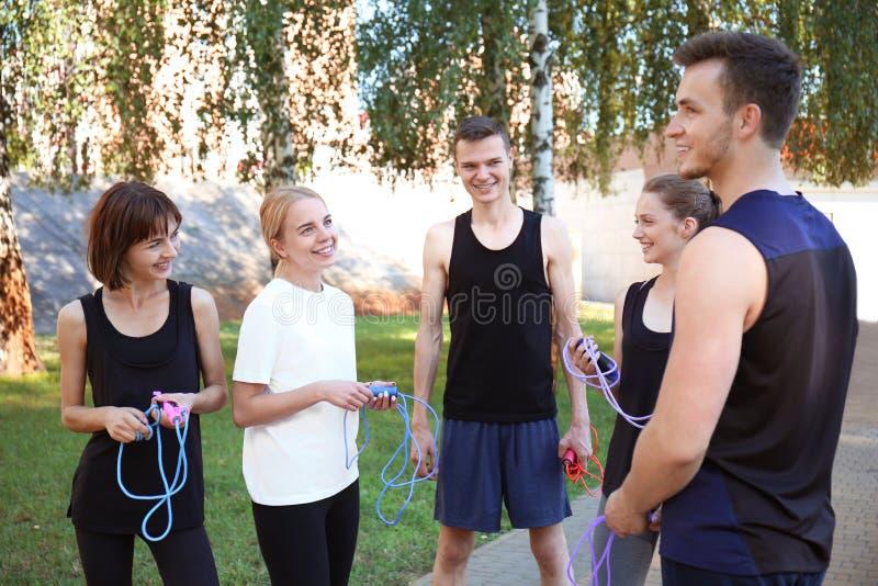 Grupa młodzi sporty ludzie z skokowymi arkanami outdoors obrazy stock