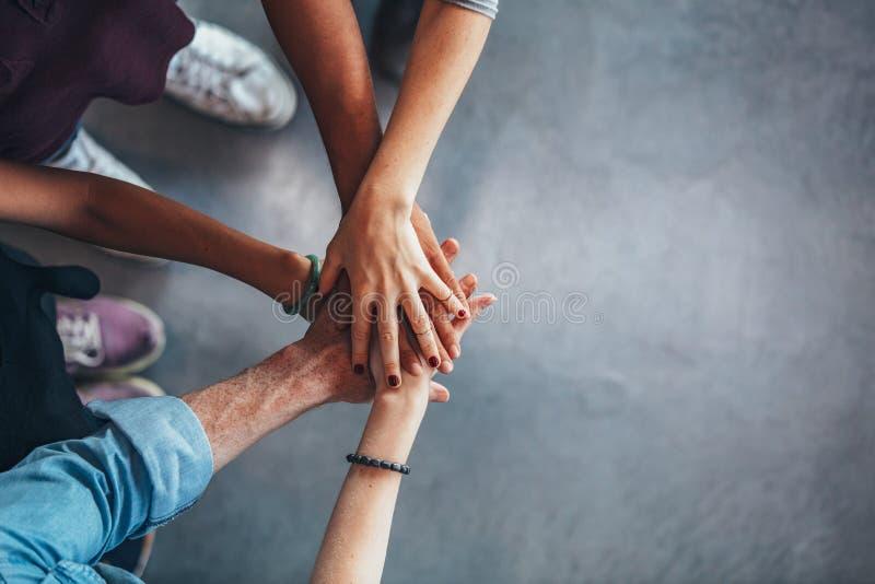 Grupa młodzi ucznie pokazuje jedność obrazy stock