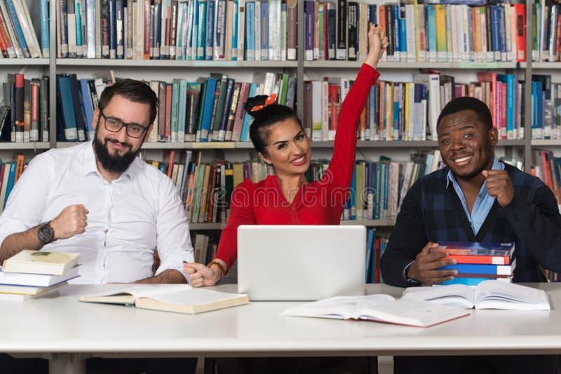 Grupa Młodzi ucznie Studiuje Wpólnie Przy szkołą wyższa obraz royalty free