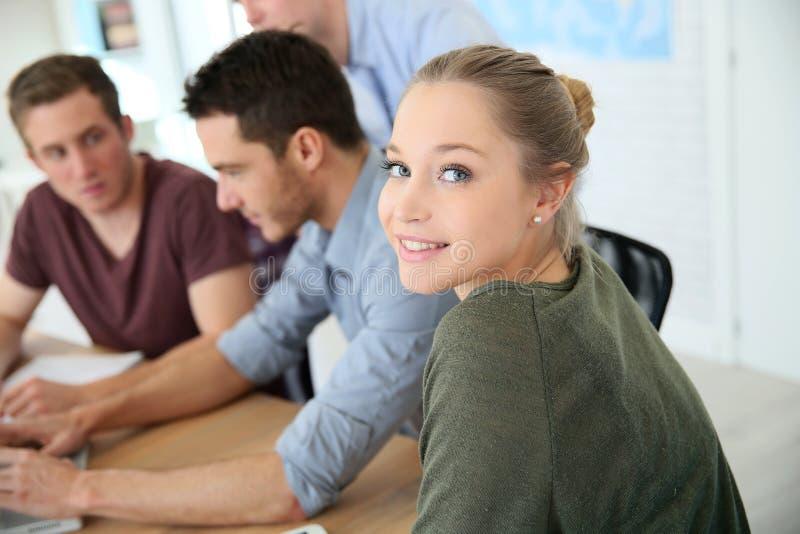 Grupa młodzi ucznie w biznesowym szkoleniu obraz royalty free