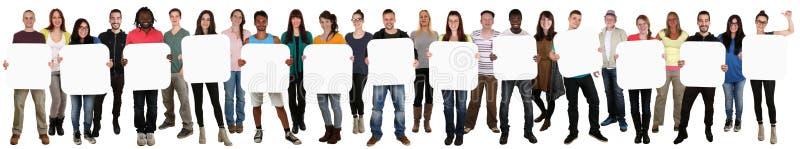 Grupa młodzi wielo- etniczni ludzie trzyma copyspace dla thirtee obrazy stock