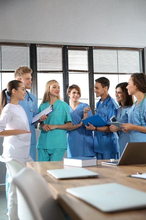 Grupa m?drze studenci medycyni obrazy stock
