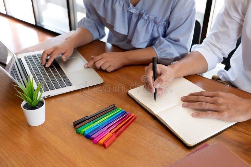Grupa m?odzi ludzie uczy si? studiowanie lekcj? w bibliotece podczas pomaga? ucz?cy przyjaciel edukacj? przygotowywa dla egzaminu zdjęcia stock