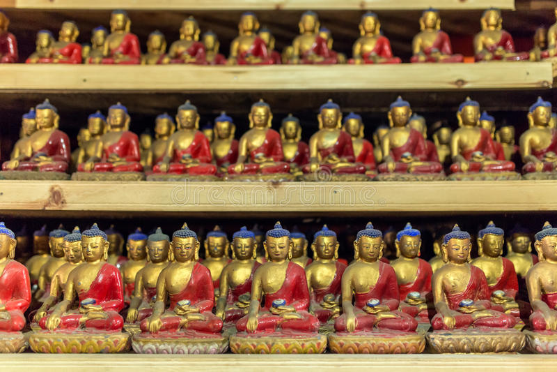 Grupa małe Buddha statuy w buddhists świątyni zdjęcia royalty free