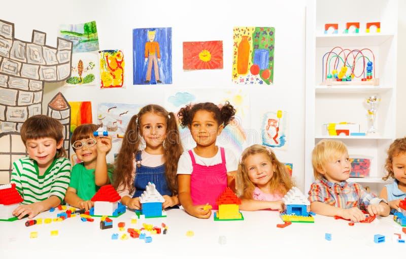 Grupa małe dziecko przyjaciół sztuka z blokami fotografia royalty free
