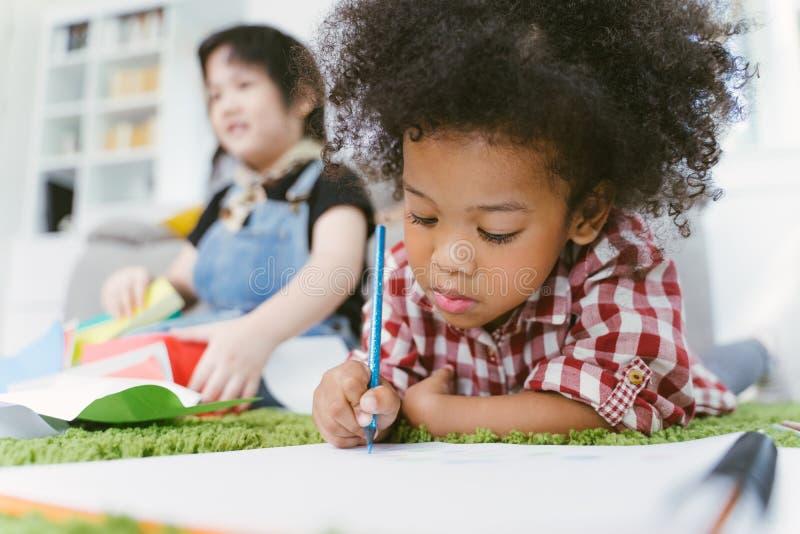 Grupa mały preschool żartuje rysunkowego papier z kolorów ołówkami portret Afrykańska dziewczyna z przyjaciel edukacji pojęciem zdjęcia royalty free