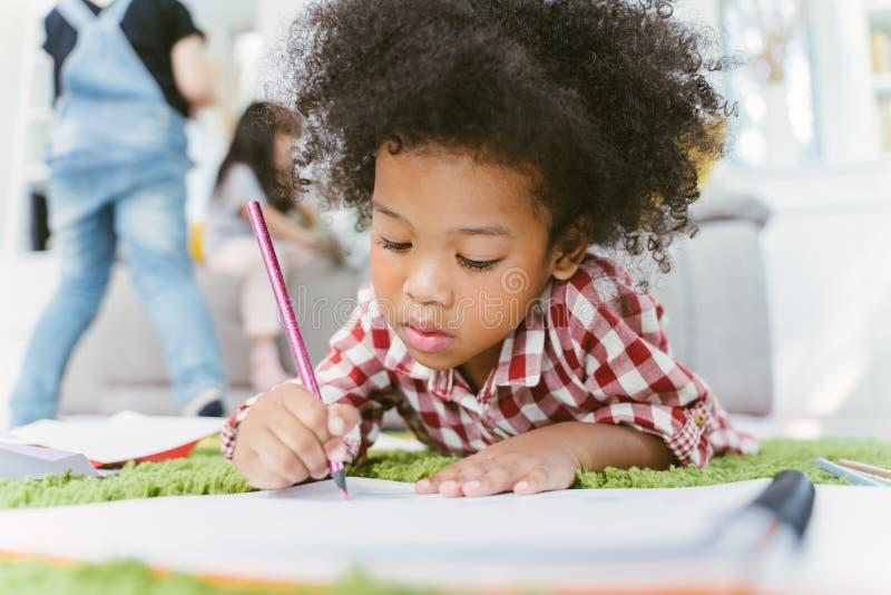 Grupa mały preschool żartuje rysunkowego papier z kolorów ołówkami portret Afrykańska dziewczyna z przyjaciel edukacji pojęciem fotografia stock