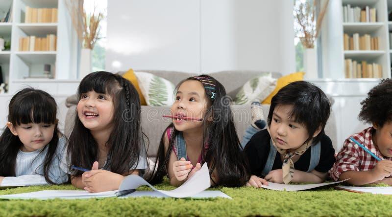 Grupa mały preschool żartuje rysunkowego papier z kolorów ołówkami portret dziecko przyjaciół edukacji pojęcie zdjęcia stock