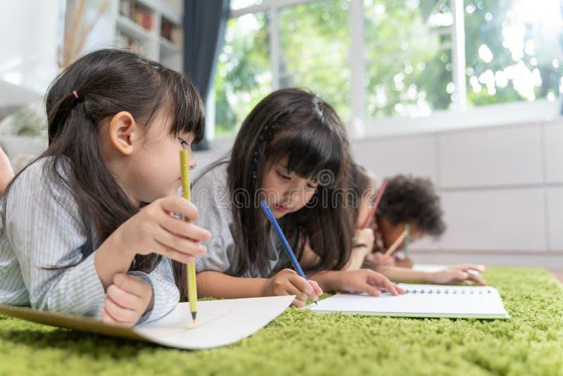 Grupa mały preschool żartuje rysunkowego papier z kolorów ołówkami portret dziecko przyjaciół edukacji pojęcie obraz royalty free