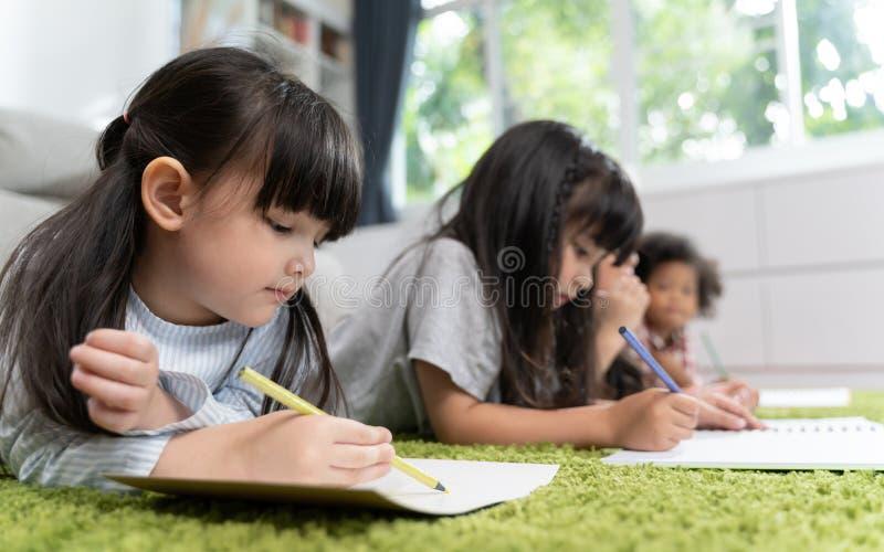 Grupa mały preschool żartuje rysunkowego papier z kolorów ołówkami portret dziecko przyjaciół edukacji pojęcie obrazy royalty free