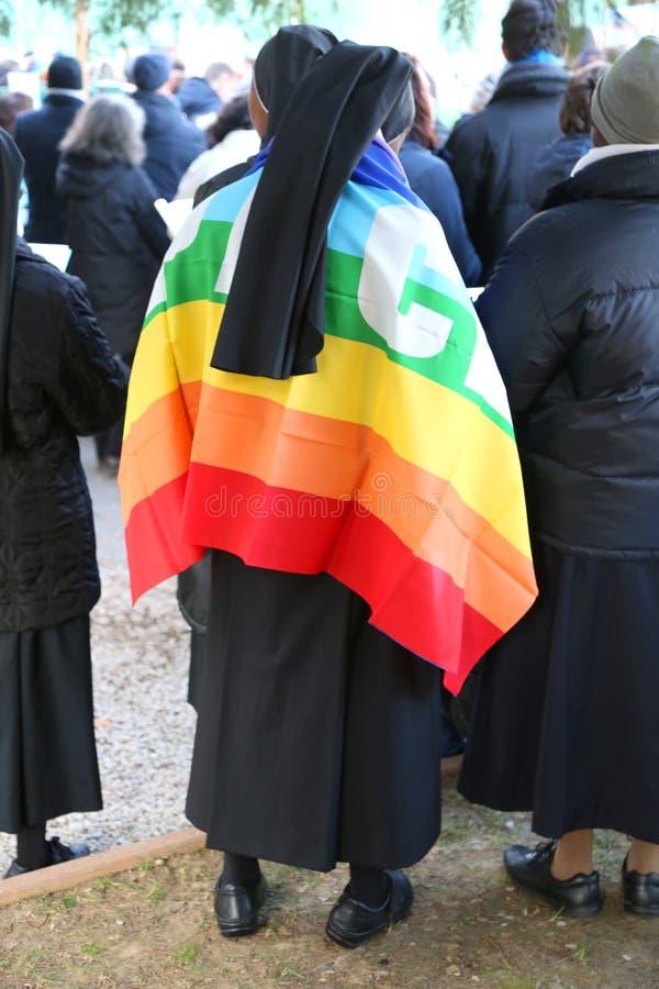 grupa magdalenki z czarną przesłoną i barwiąca flaga pokój obraz stock