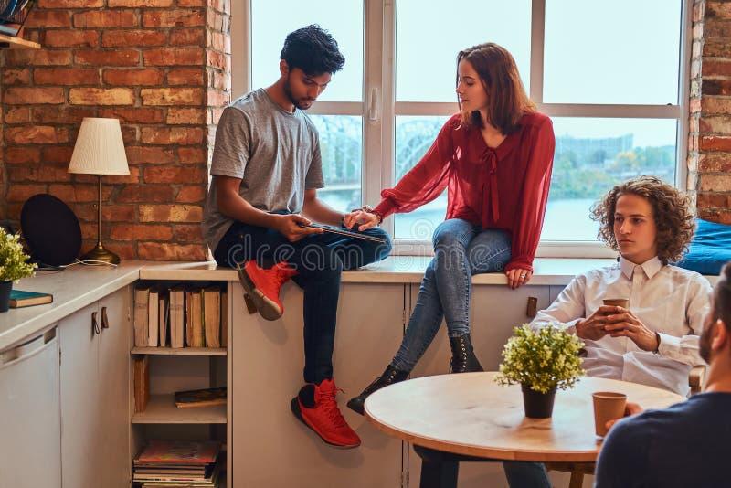 Grupa międzyrasowi ucznie odpoczywa w studenckim dormitorium obrazy royalty free