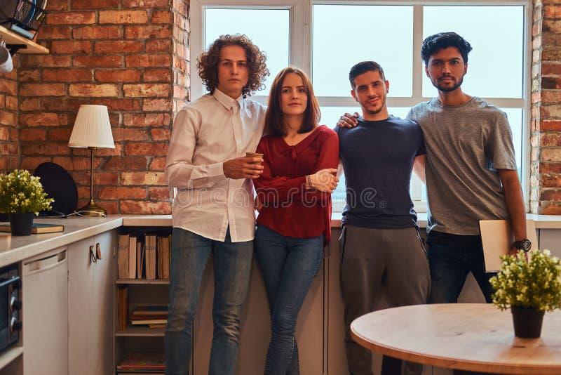 Grupa międzyrasowi ucznie z laptopem w studenckim dormitorium fotografia stock