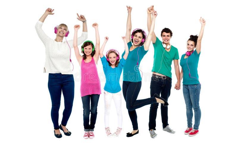 Grupa miłośników muzyki tanczyć fotografia royalty free