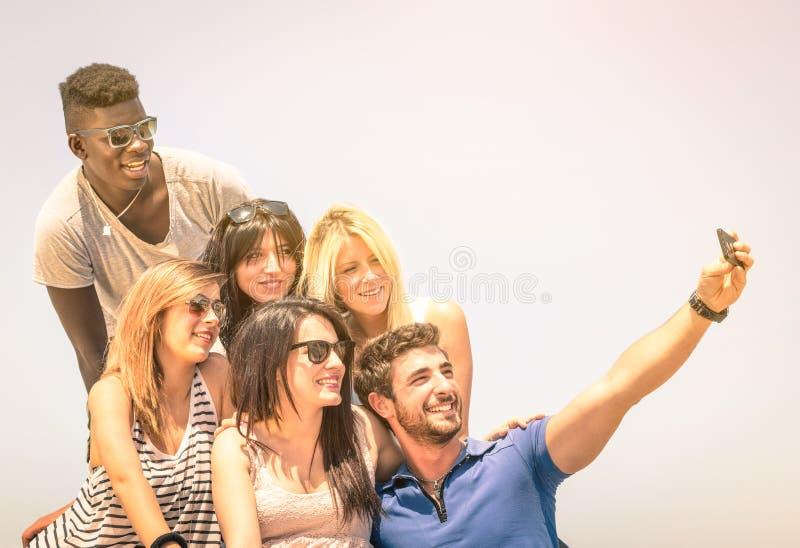 Grupa multiracial szczęśliwi przyjaciele bierze selfie outdoors obraz stock