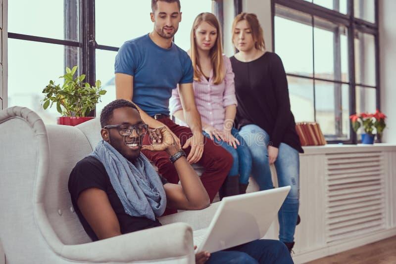 Grupa multiracial ucznie pracuje z laptopem obraz royalty free