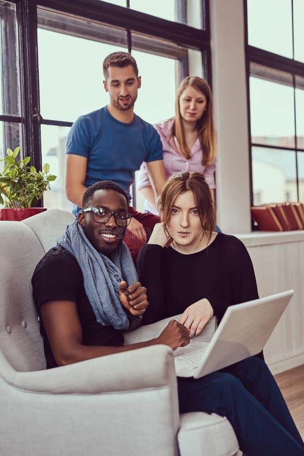 Grupa multiracial ucznie pracuje z laptopem zdjęcie royalty free