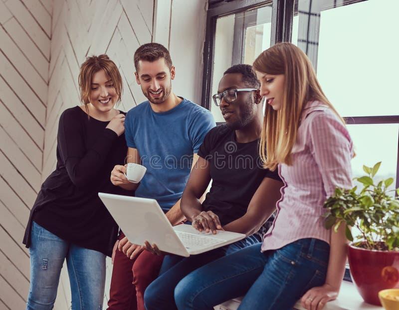 Grupa multiracial ucznie pracuje z laptopem fotografia stock