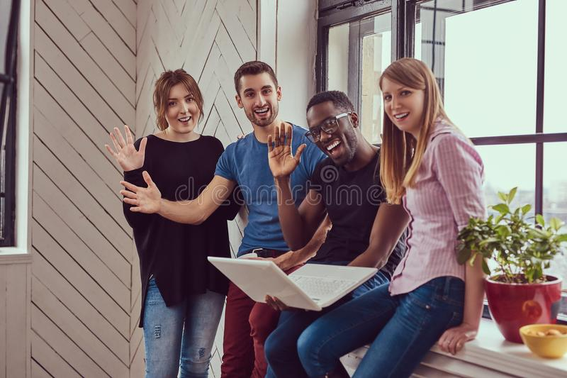 Grupa multiracial ucznie pracuje z laptopem obrazy royalty free