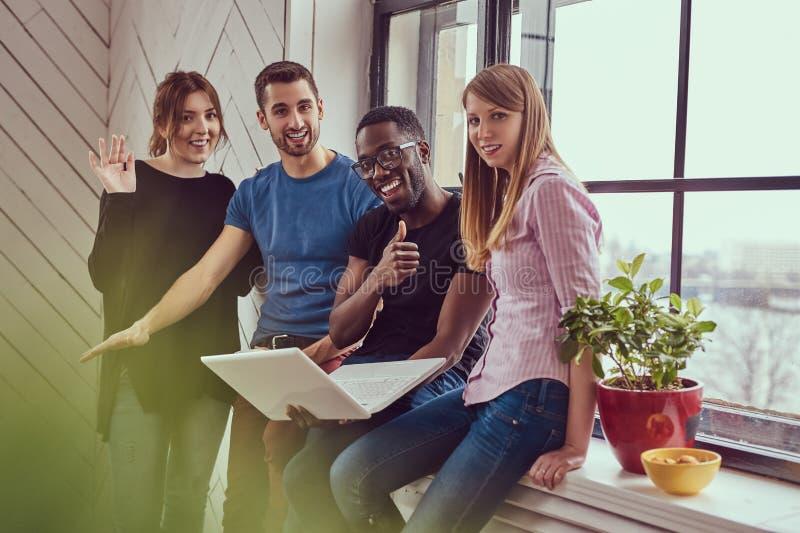 Grupa multiracial ucznie pracuje z laptopem zdjęcie stock