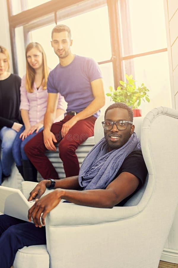 Grupa multiracial ucznie w pokoju fotografia royalty free