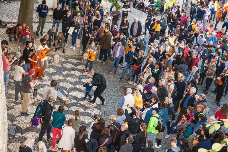 Grupa muzycy bawić się muzykę w starym castel w Lisbon, Portugalia fotografia royalty free