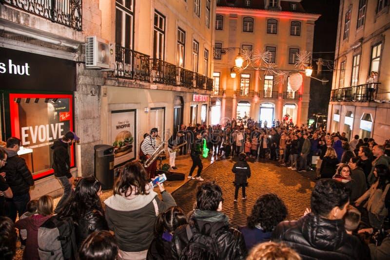 Grupa muzycy bawić się muzykę w starym castel Sao Jorge w Lisbon, Portugalia obrazy royalty free