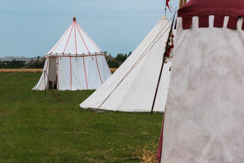 Grupa namioty na Łąkowym ustawianiu dla Średniowiecznego wydarzenia Reconstructio obraz royalty free