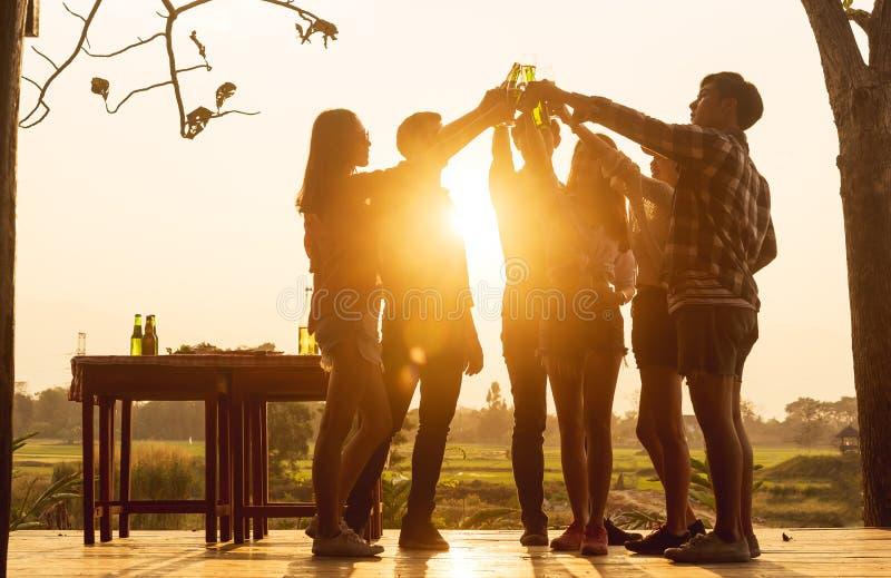 Grupa 6 nastolatek obiadowego przyjęcia odświętność przy zmierzchów toas obrazy stock