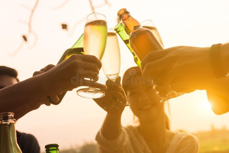 Grupa 6 nastolatek obiadowego przyjęcia odświętność przy zmierzchem z zdjęcie stock
