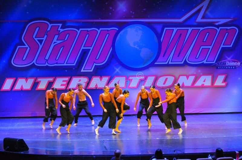 Grupa nastolatków tancerze wykonuje przy taniec rywalizacją obrazy royalty free