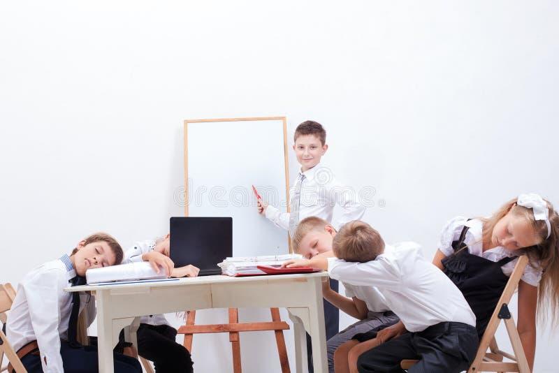 Grupa nastolatkowie siedzi w biznesie zdjęcia stock