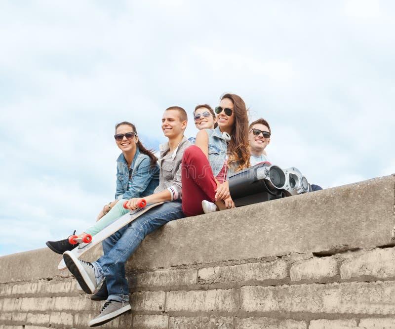 Grupa nastolatkowie wiesza outside fotografia royalty free