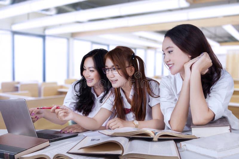 Grupa nastoletni uczennic studiować zdjęcia royalty free