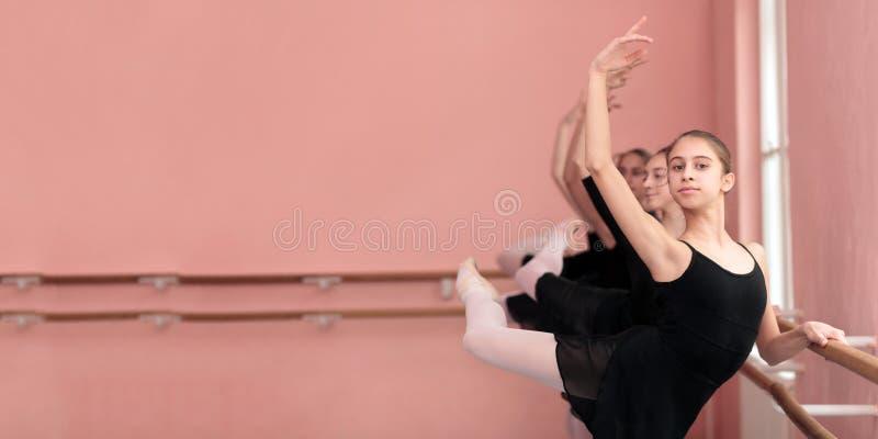 Grupa nastoletnie dziewczyny ćwiczy klasycznego balet Panoramiczny, szeroki współczynnik, zdjęcia stock
