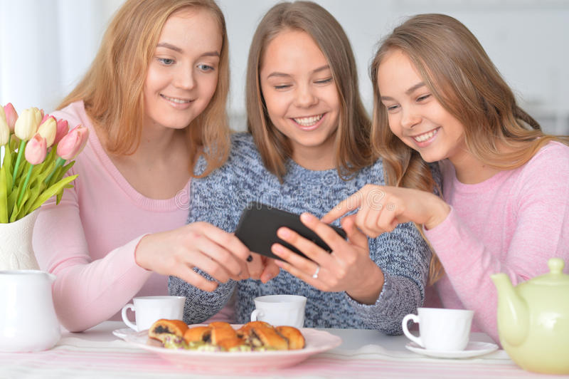 Grupa nastoletnie dziewczyny z smartphone zdjęcia royalty free