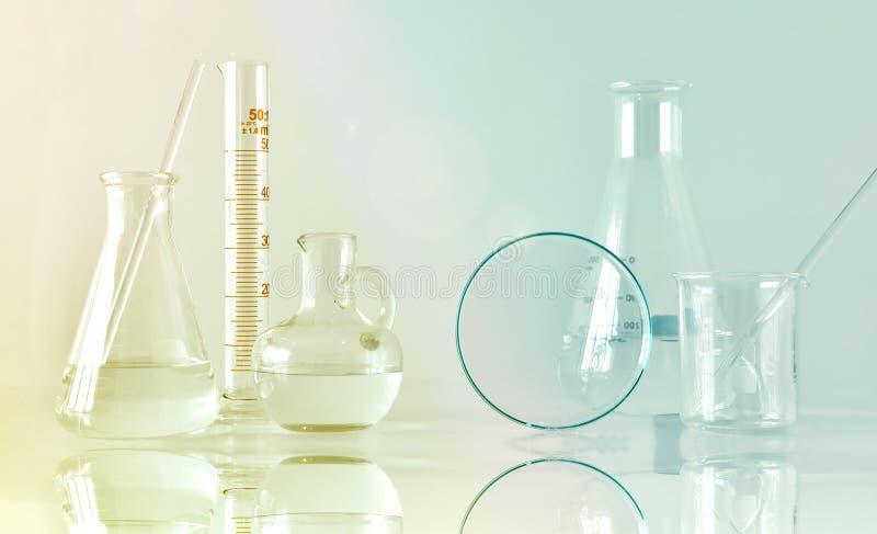 Grupa naukowy laborancki glassware z jasnym ciekłym rozwiązaniem, badanie i rozwój fotografia stock