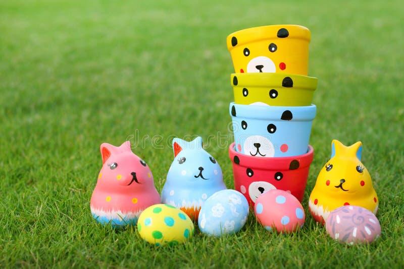 Grupa niedźwiedzie, królików jajka pastelowi w trawie zdjęcie stock